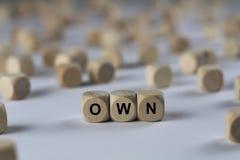 Poseer - el cubo con las letras, muestra con los cubos de madera fotos de archivo libres de regalías