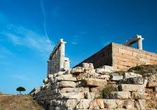 Poseidon tempel i Sounio Grekland och ett ensamt träd Arkivfoton