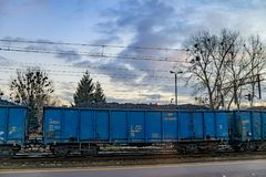 Posen, Polen - 8. Dezember 2016: Blaue Lastwagen mit Kohle Lizenzfreie Stockfotos