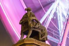 POSEN, POLEN - 16. DEZEMBER 2017 Hygieia-Brunnenmonument am Freiheits-Quadrat Plac Wolnosci mit einem Riesenradhintergrund Lizenzfreies Stockfoto