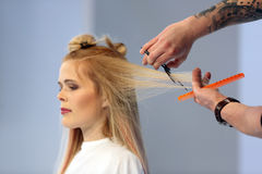 POSEN, POLEN - 7. MAI 2016: Friseur, der blondes Haar w trimmt Stockbilder