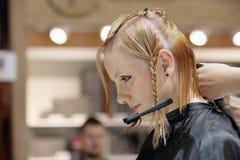POSEN, POLEN - 7. MAI 2016: Friseur, der blondes Haar w trimmt Stockfotos