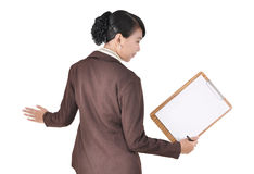 Posera affärskvinnan som bär den blanka mappen Arkivfoton