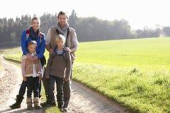 posera barn för familjpark royaltyfri fotografi