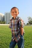 posera barn för pojkegräs Royaltyfria Bilder
