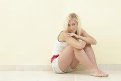 posera den sittande kvinnan Royaltyfri Bild