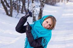 Posera den unga kvinnan på vinterdagen Royaltyfri Fotografi