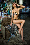 Posera för baddräktmodell som är sexigt framme av grafittibakgrund Fotografering för Bildbyråer