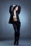 Posera för Beddable kvinna som är topless i stilfull kläder Arkivbilder