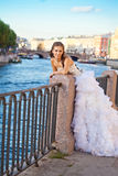 Posera för brud som är utomhus- nära floden Arkivfoto