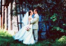 posera för brudbrudgumpark Royaltyfria Foton