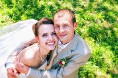 posera för brudbrudgumpark Arkivbilder