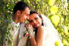 posera för brudbrudgumpark Royaltyfria Bilder