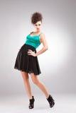 posera för brunettklänninglady Arkivbild