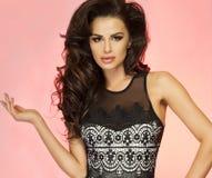 Posera för brunettskönhet. Royaltyfri Bild