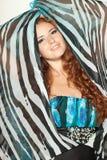posera för chiffonklänningkvinnlig Arkivbild