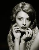 Posera för dam för stående glamoröst svart white arkivbild