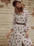 Posera för elegant kvinna som är utomhus- Arkivfoton