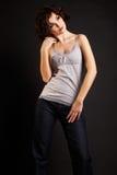 posera för flicka för bakgrundsbrunett mörkt arkivfoto