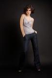 posera för flicka för bakgrundsbrunett mörkt arkivfoton