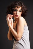 posera för flicka för bakgrundsbrunett mörkt royaltyfria foton