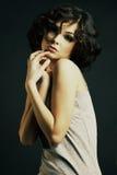 posera för flicka för bakgrundsbrunett mörkt fotografering för bildbyråer