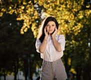 Posera för flicka för sommarmodestående som härligt stilfullt är utomhus- royaltyfri foto