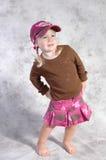 posera för flickagray Arkivfoton