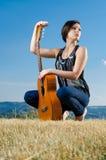 posera för gitarrist arkivbild
