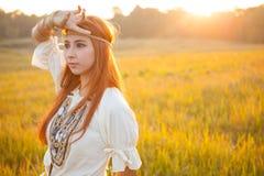 Posera för hippiekvinna Arkivfoto