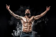 posera för kroppsbyggare Manlig makt för härlig sportig grabb Kondition tränga sig in man Fläckbegrepp royaltyfria foton