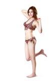 Posera för kvinna för nätt baddräktmode ungt asiatiskt Royaltyfri Bild