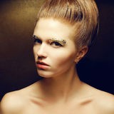 Posera för kvinna för skönhet trendigt ljust rödbrun (rödhårigt) Royaltyfri Foto