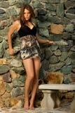 posera för kvinnligmodell som är nätt Arkivbilder