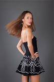 posera för lady för bakgrundsblackklänning grått Arkivbilder