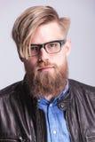Posera för man för långt skägg tillfälligt fotografering för bildbyråer