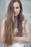 Posera för modekvinnamodell som är utomhus- Royaltyfri Foto