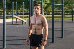 Posera för modell för muskulös kondition som manligt är shirtless visa sex packar abs Royaltyfri Foto
