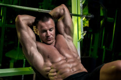 Posera för modell för muskulös och färdig ung kroppsbyggarekondition manligt Royaltyfri Foto