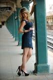 Posera för modemodell som är nätt i NYC-gångtunnel Royaltyfri Bild