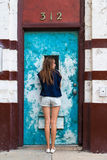 Posera för tonårs- flicka arkivfoton