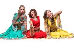 Posera för tre kvinnligt dansare som isoleras på den vita oavkortade längden Royaltyfria Bilder