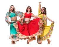 Posera för tre kvinnligt dansare som isoleras på den vita oavkortade längden Royaltyfri Bild