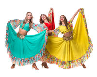 Posera för tre kvinnligt dansare som isoleras på den vita oavkortade längden Royaltyfri Foto