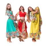 Posera för tre kvinnligt dansare som isoleras på den vita oavkortade längden Royaltyfri Fotografi