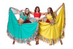 Posera för tre kvinnligt dansare som in isoleras på vit Royaltyfria Bilder