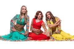 Posera för tre kvinnligt dansare som in isoleras på vit Royaltyfri Foto