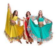 Posera för tre kvinnligt dansare som in isoleras på vit Arkivbilder