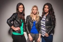 Posera för tre modemodeller för unga kvinnor Royaltyfria Bilder