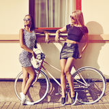 Posera för två attraktivt sexigt kvinnligmodeller som är utomhus- Royaltyfria Foton